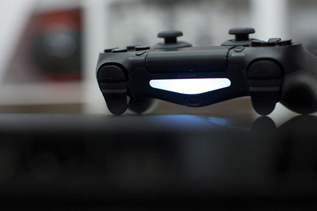 PS4 controller flashes white